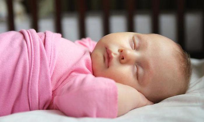Запланируйте несколько тихих дней дома: что мы знаем о детском сне и как приучить ребенка спать в своей кроватке