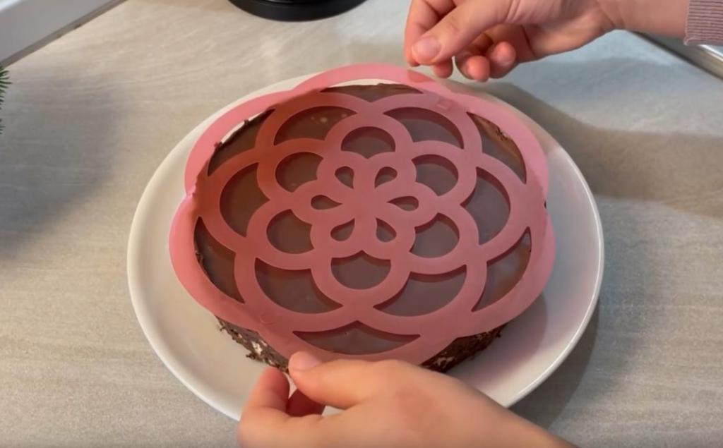 Чтобы сделать вкусный торт, много не нужно: потребуется какао и простое печенье
