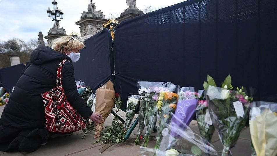 Королева Елизавета стоически вернулась к делам через 4 дня после кончины мужа и отправила на пенсию своего камергера