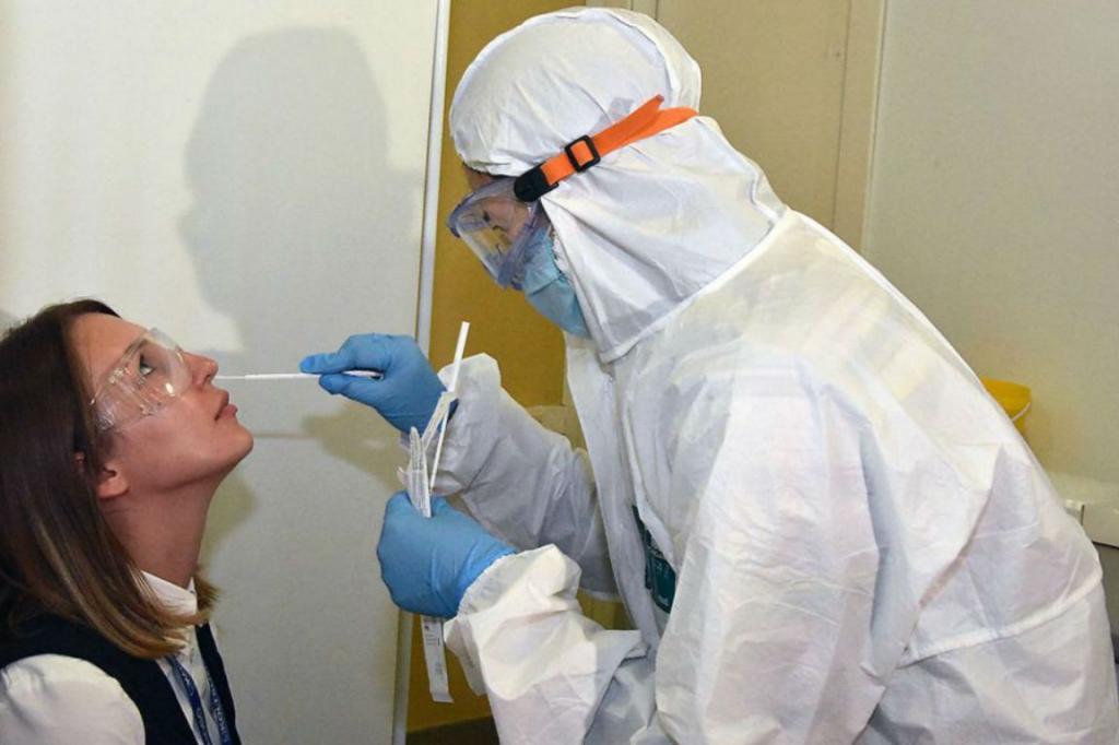 Роспотребнадзор обязал всех россиян, кто прибывает в страну любым транспортом, сдавать тест на коронавирус