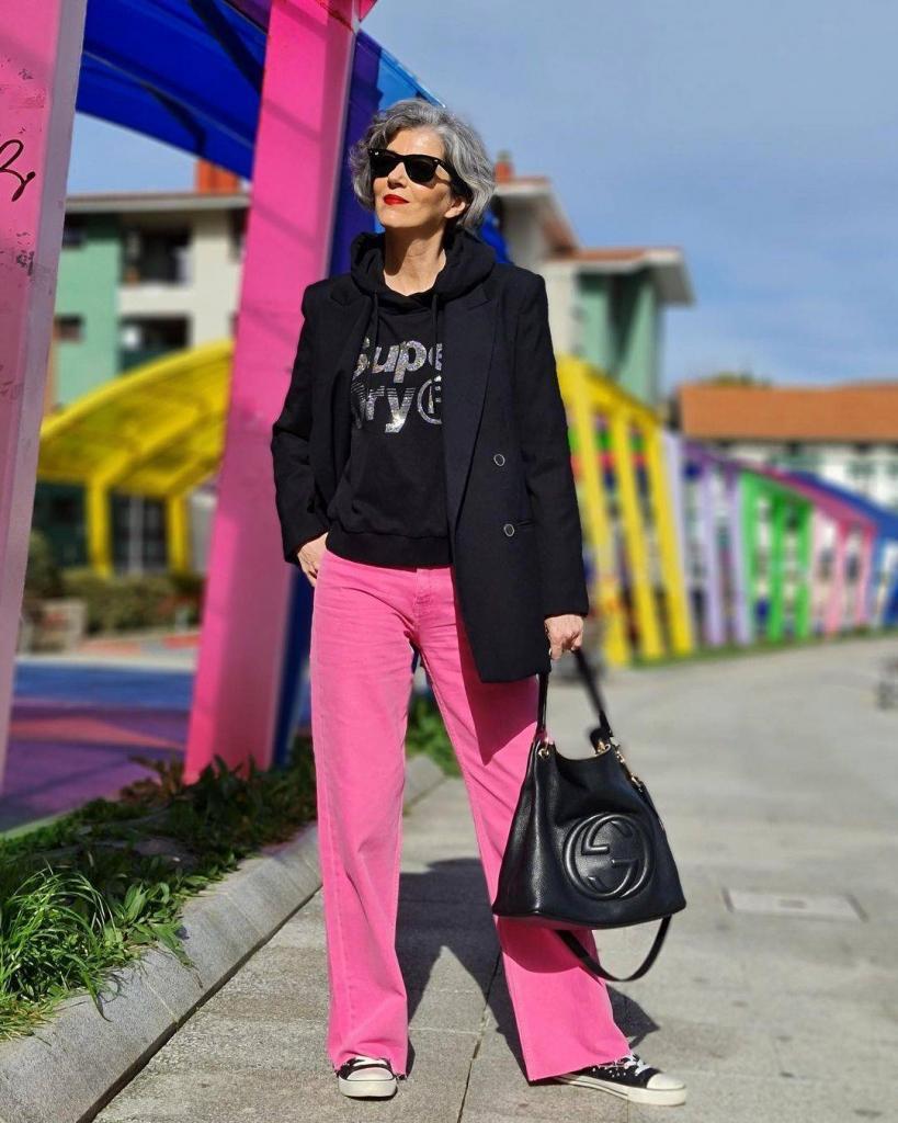 Трендовые цветные джинсы, которые украсят любой весенне-летний образ: советы, как их носить