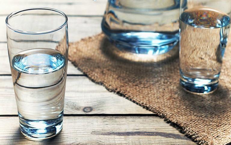 Ровно 36 градусов: 3 причины пить воду, нагретую до температуры тела