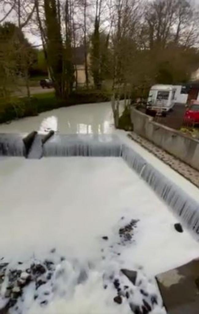 Молочные реки, кисельные берега: в Великобритании из-за аварии грузовика в реку пролилось молоко