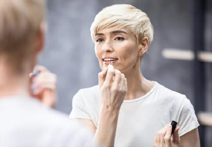Румяна неправильного цвета и матовая помада: главные ошибки макияжа женщин старше 40 лет