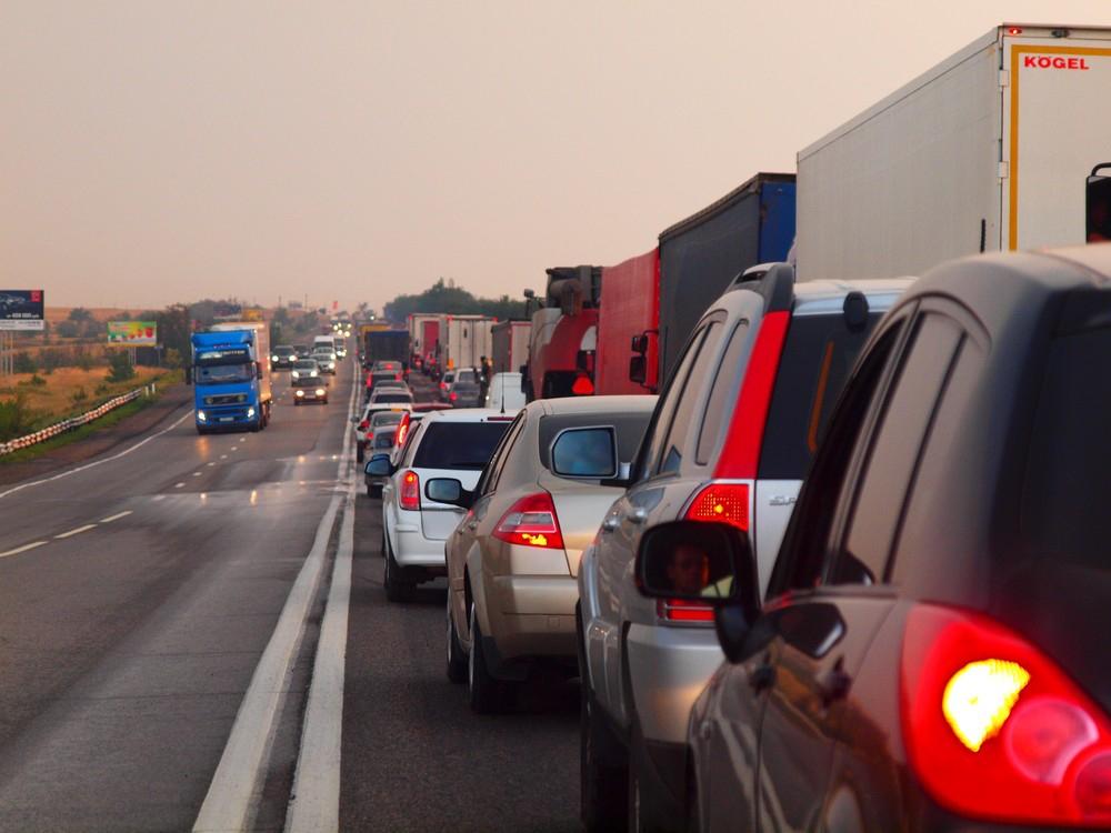 Дорогу дачникам: аналитики назвали самые сложные дни для столичных водителей