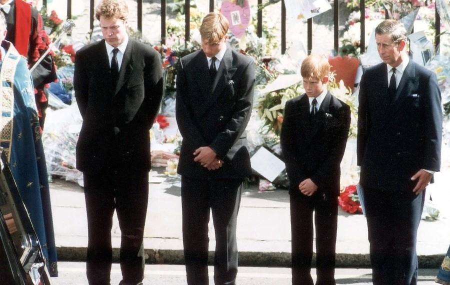 Враждующих Гарри и Уильяма будет разделять кузен Питер Филипс, когда они пойдут за гробом дедушки: видео