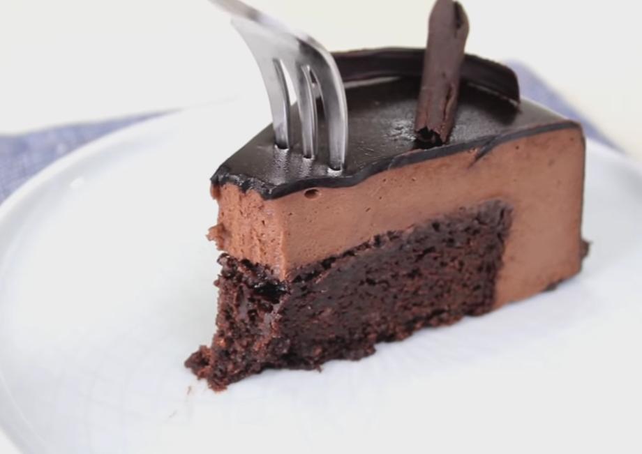 Восхитительный брауни с мягкой, тающей во рту, нежной шоколадно-кремовой текстурой: зеркальная глазурь прекрасна