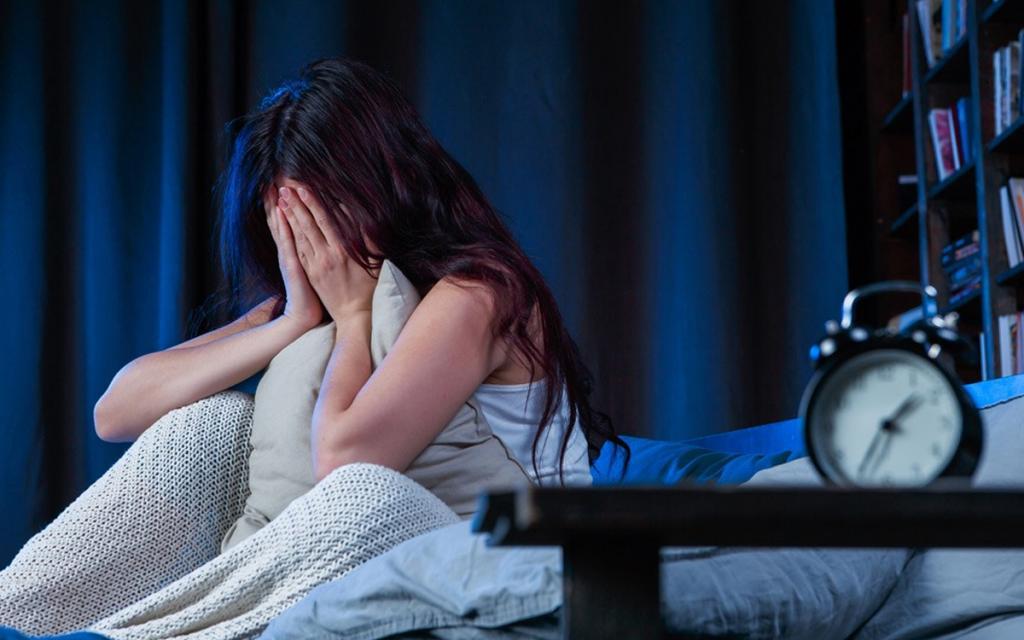 """""""Не лежать днем на кровати просто так"""": Мясников назвал простые способы борьбы с бессонницей"""