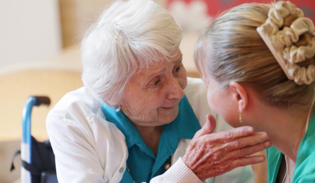 Пусть бабушка прибирается: ученые назвали занятия, которые положительно сказываются на работе головного мозга у пожилых людей