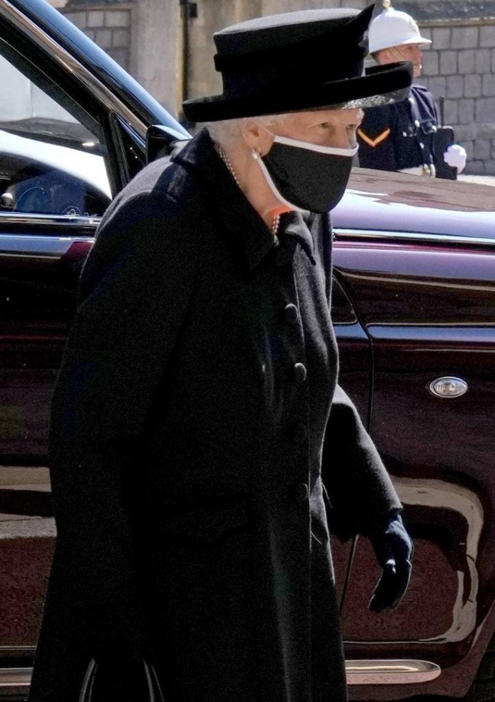 Британская королева трогательно простилась с мужем и выложила редкую совместную фотографию