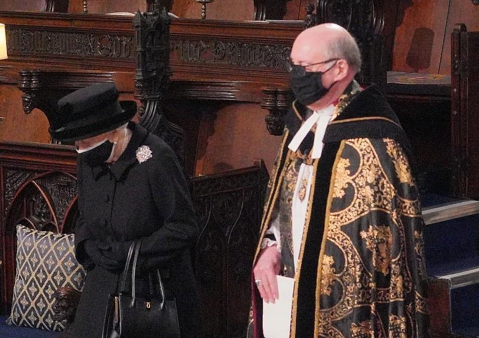 Во время похорон королева плакала в одиночестве и держала в сумочке фотографию, на которой она и Филипп еще молодые