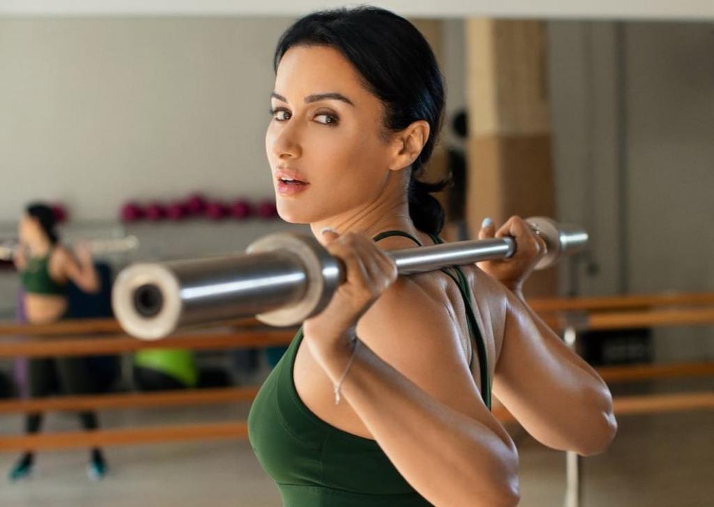 Тренировки 5/2 и контрастный душ для шеи: как 45-летняя Тина Канделаки поддерживает стройность и красоту