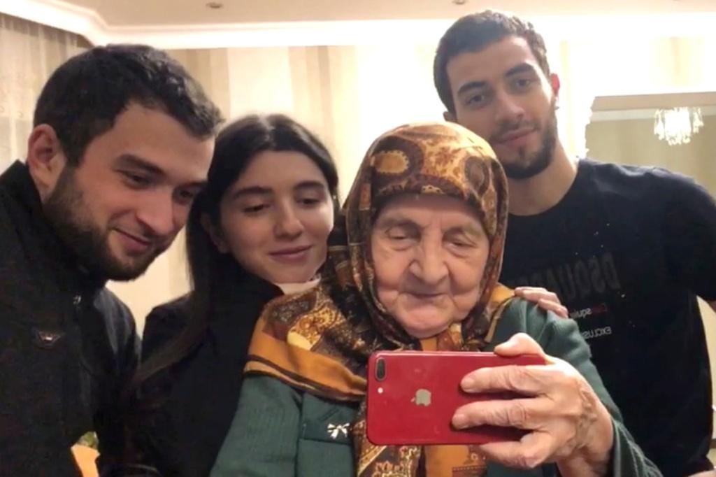 """""""Не забудь подписаться и поставить лайк"""": кавказская бабушка стала блогером в 90 лет (видео)"""