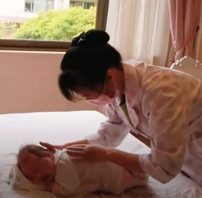 Глазки закрывают моментально: как в Японии мамы и бабушки укладывают спать младенцев (видео)