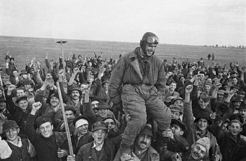Как в Европе встречали советских воинов-освободителей: трогательные и радостные фото, сделанные в 1944-1945 годах