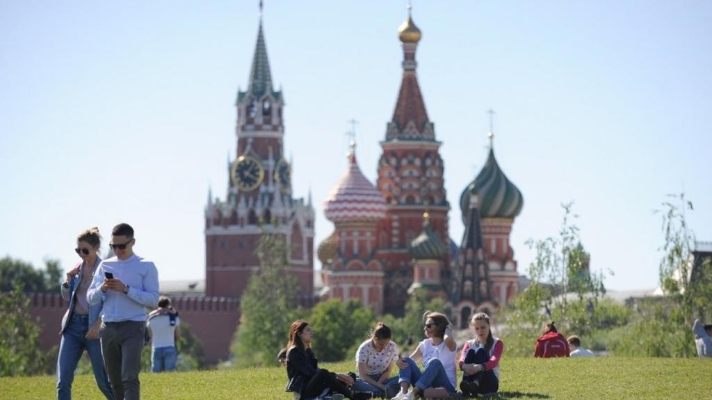Большинство россиян (56 %) планируют провести майские праздники дома, еще 34 % намерены поехать на дачи