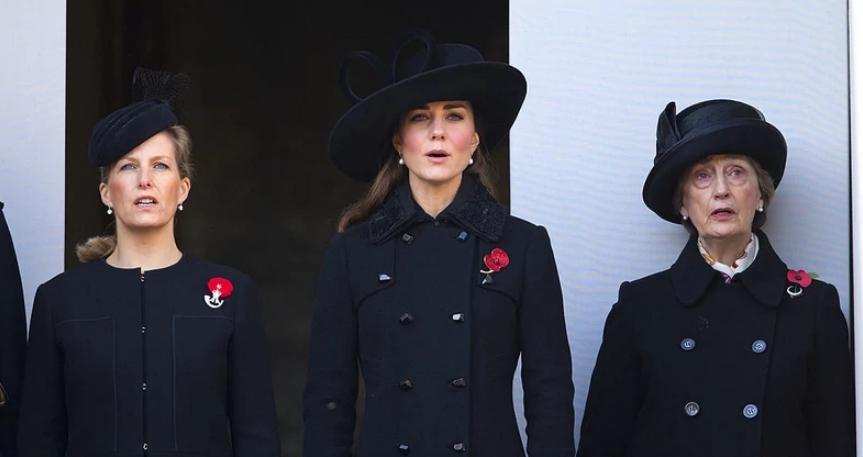 Даже королеве нужна подружка: кто она - загадочная женщина, которая была замечена рядом с Елизаветой ll на похоронах герцога Эдинбургского