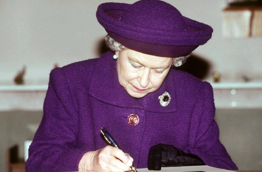 Что делает Елизавета II с многочисленными письмами поклонников и как ей написать