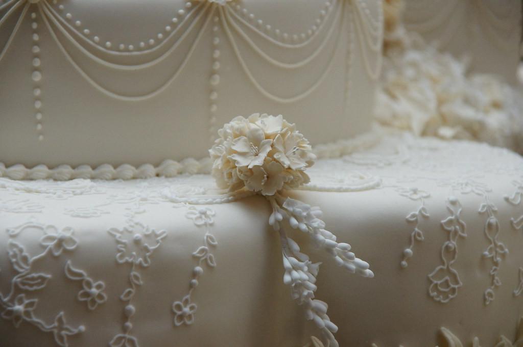 Заказ получили в феврале, а свадьба была в апреле: как создавался роскошный торт для королевского торжества