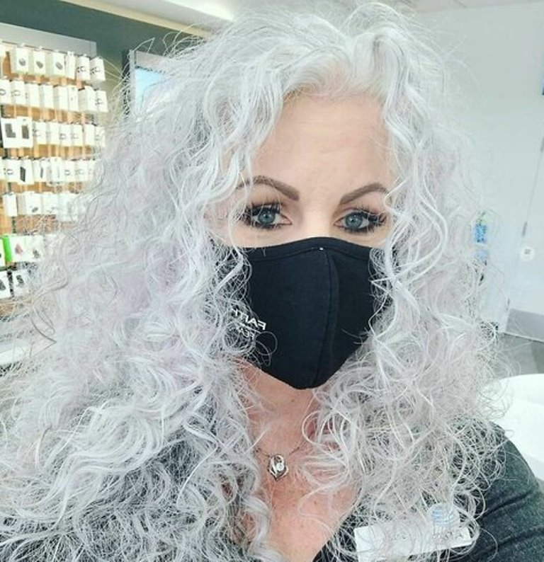 """Седина — это красиво и естественно: женщины перестали прятать """"серебряные"""" волосы (фото)"""