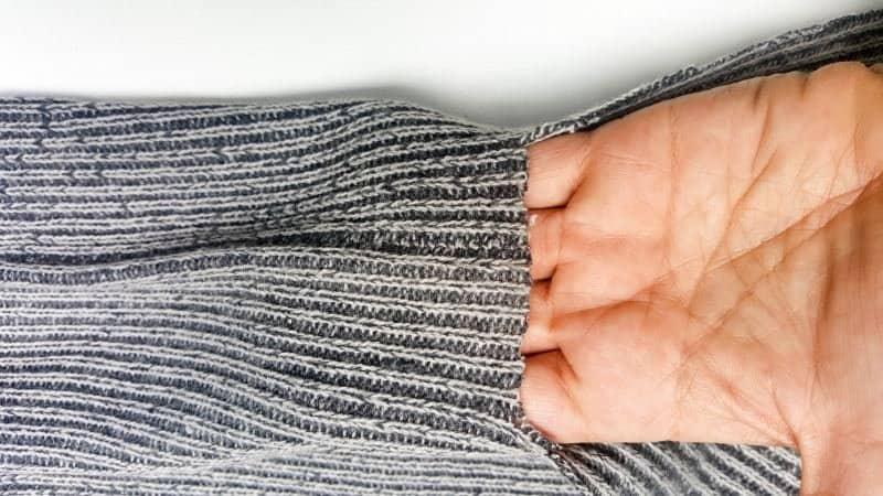 Как из обычного старого свитера сделать удобную оригинальную сумку. Простой способ и отличный результат
