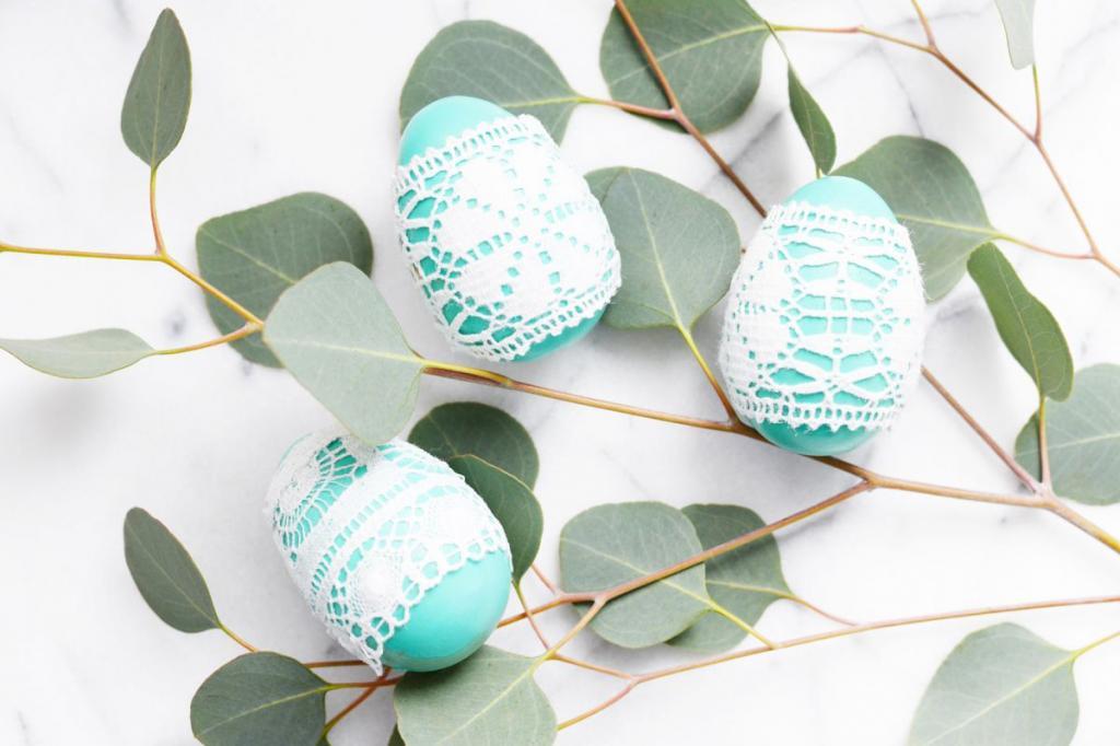 Как сделать красивые пасхальные яйца, украшенные кружевом. Это просто и быстро, и смотрится очень эффектно