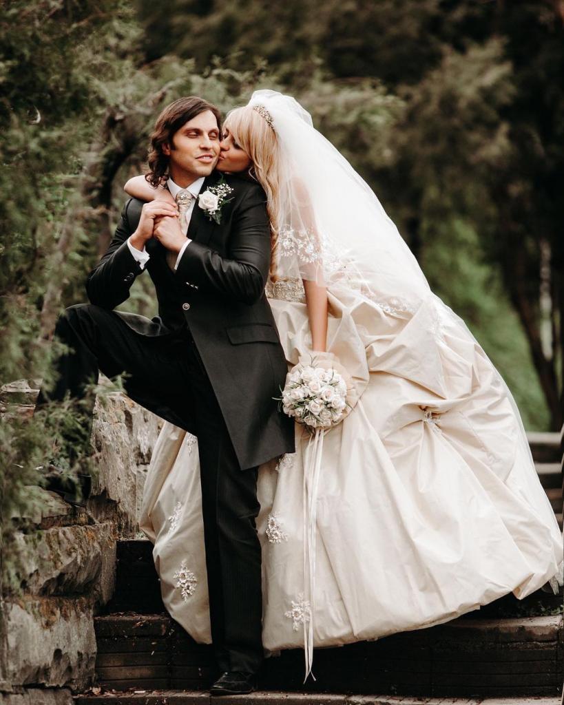 """""""Я не хотела устраивать классическую свадьбу, но он настоял"""": супруга Александра Реввы поделилась воспоминаниями 14-летней давности"""