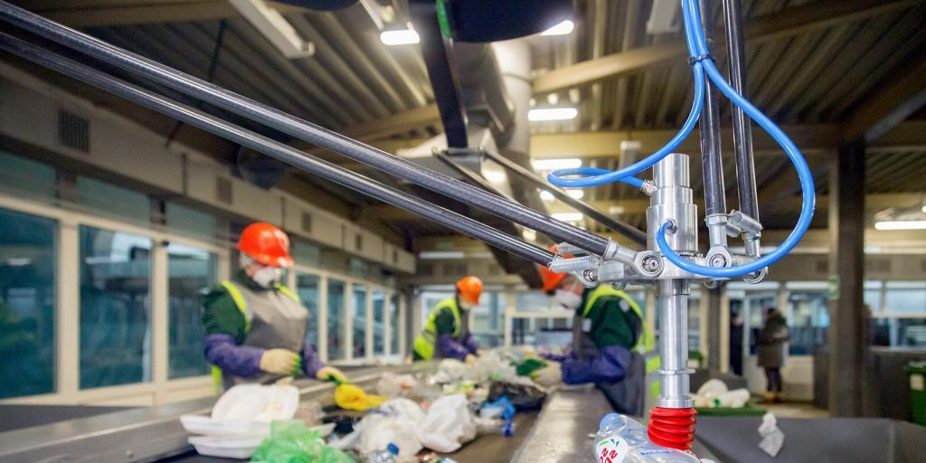 И людям проще, и мусора меньше: в Москве тестируют робота-сортировщика с искусственным интеллектом