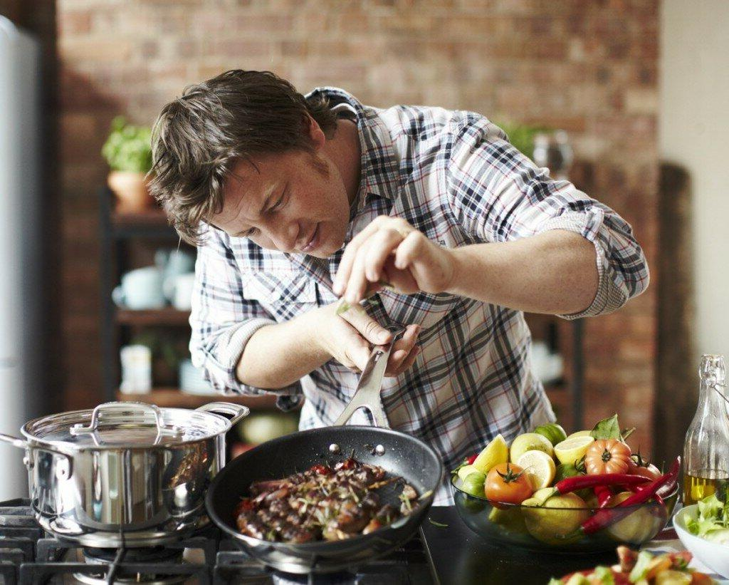 Творческий подход, терпение и юмор: чему еще можно научиться у мужчин на кухне, даже если они не мастера в приготовлении пищи