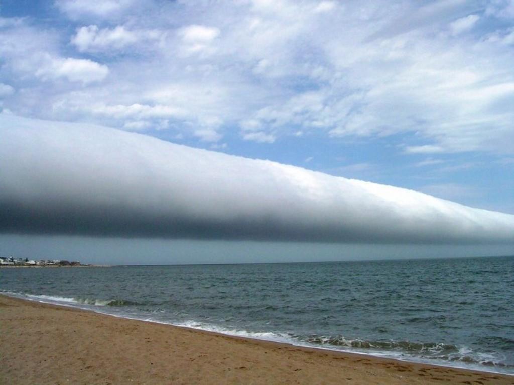 Невероятные оптические иллюзии в природе: облака, похожие на огромные трубы, ручьи-пропасти и не только