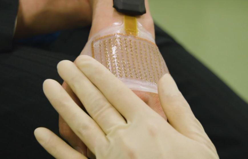 Может передавать показания на смартфон или в облачный сервис, позволяя доктору следить за состоянием пациента: японские ученые создали ультратонкую кожу