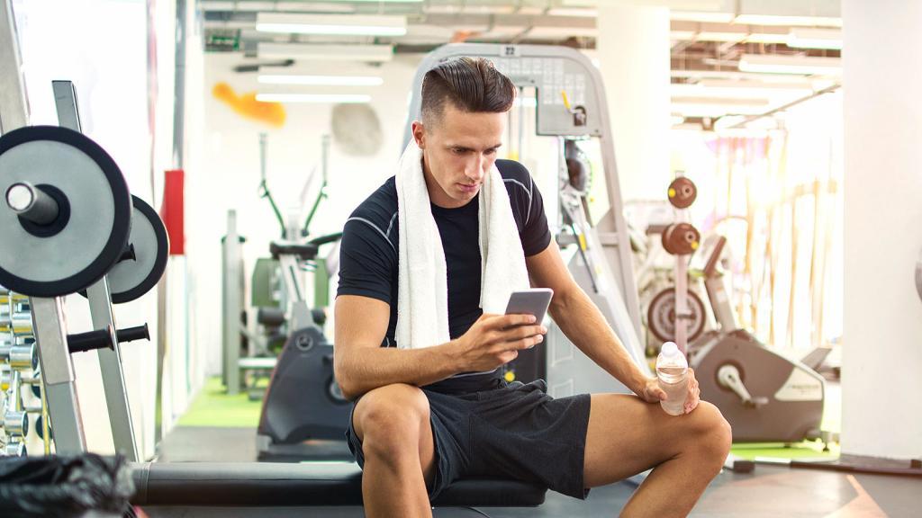 """""""Тренировка в обнимку с телефоном"""": врач-невролог назвал самую частую ошибку в спортзале"""