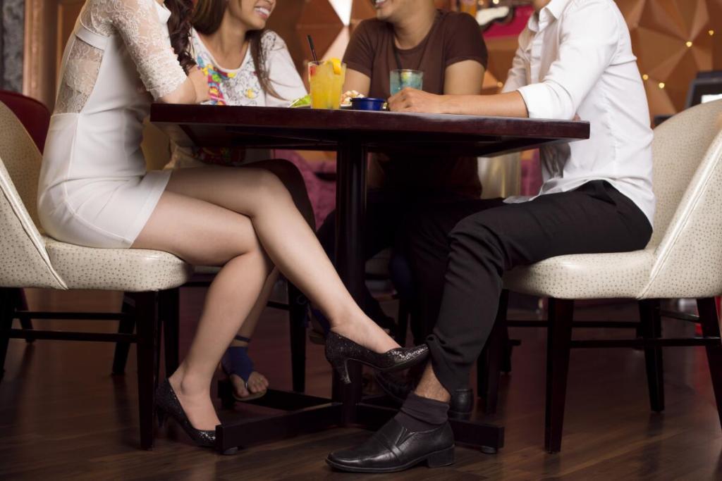 Ученые узнали, какими приемами флирта пользуются женщины, когда в поле зрения появляется потенциальная конкурентка