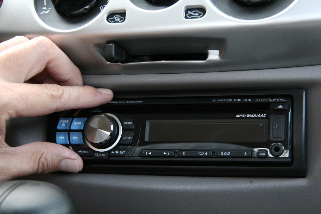 Чтобы достать застрявший CD-диск, не нужно разбирать магнитолу: простые, но эффективные способы