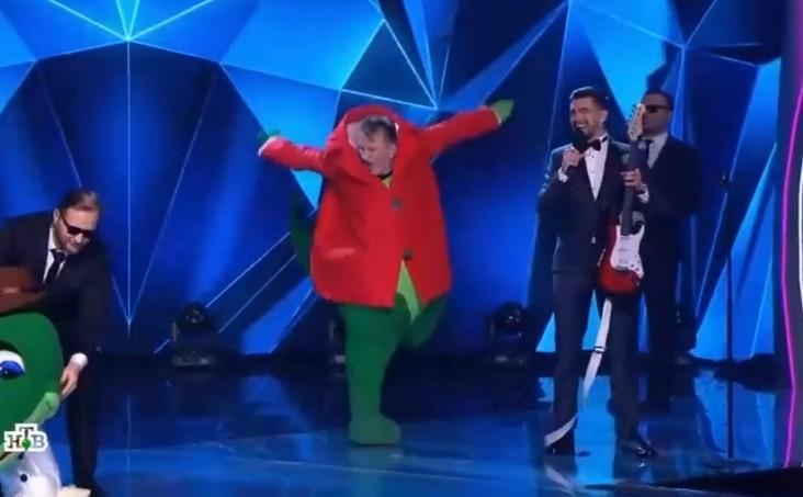 """Члены жюри шоу """"Маска"""" угадали, какие приглашенные артисты выступали в образе Мишки и Крокодила"""