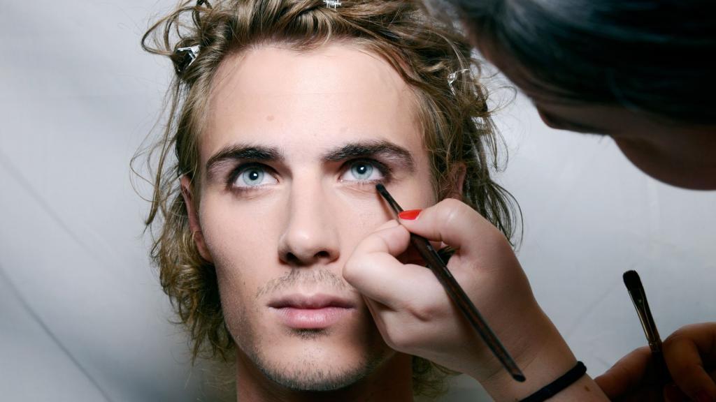 Красились не хуже женщин. Для чего раньше мужчины наносили макияж и зачем они отращивали длинные ногти