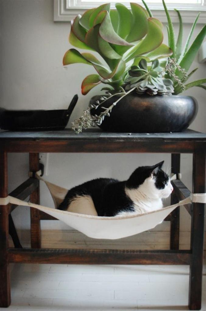 Как из обрезков ткани сделать для кота уютный гамак. Нужно меньше часа, и питомец останется очень доволен