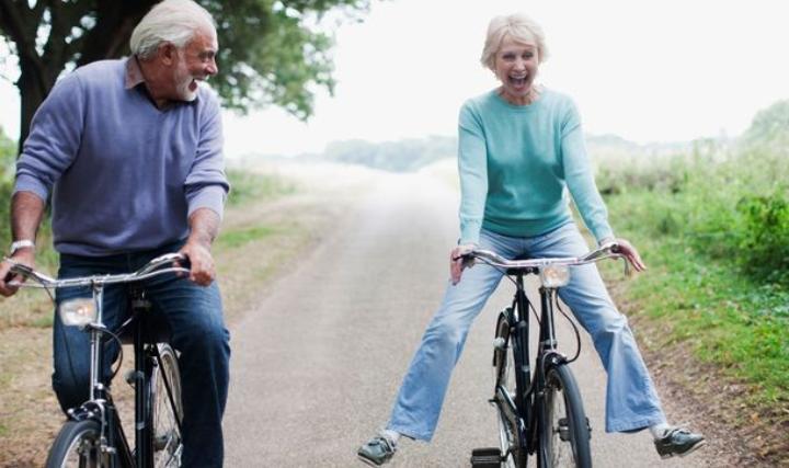 Плавание, ритмика и даже велоспорт: какие виды спорта помогут долго сохранить здоровье пенсионерам