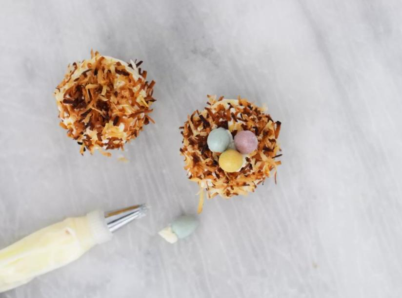 Пасхальные кексы украшаем красиво: гнезда делаем из кокосовой стружки