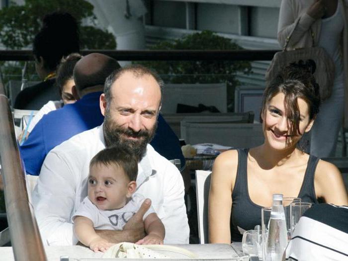 """Образцовая турецкая семья. Три """"скелета"""" семьи Халита Эргенча и Бергюзар Корель, которые они предпочитают не выставлять напоказ"""