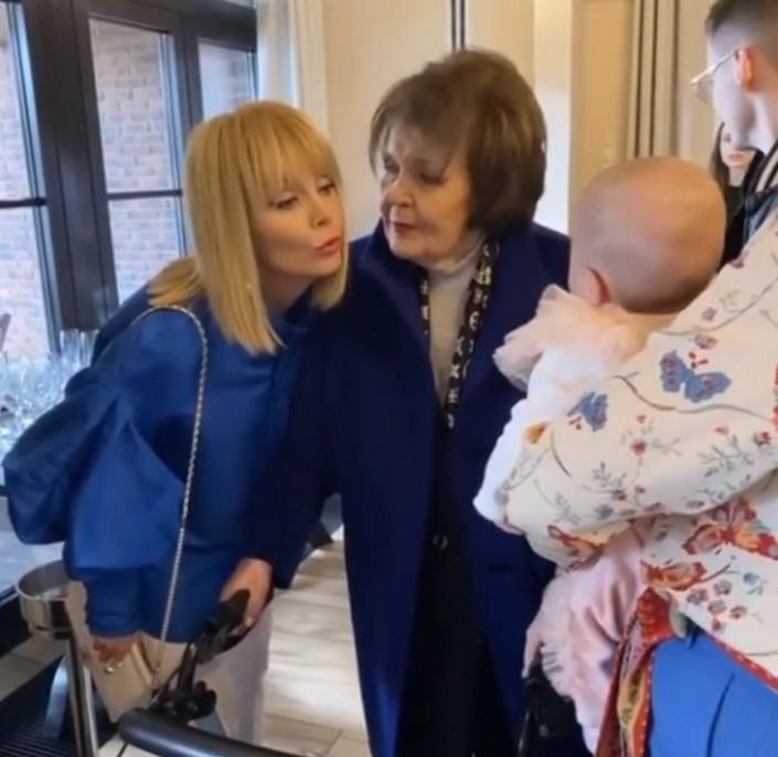 Из-за ограничений, связанных с коронавирусом, мать Валерии смогла увидеть маленькую правнучку только сейчас: фото