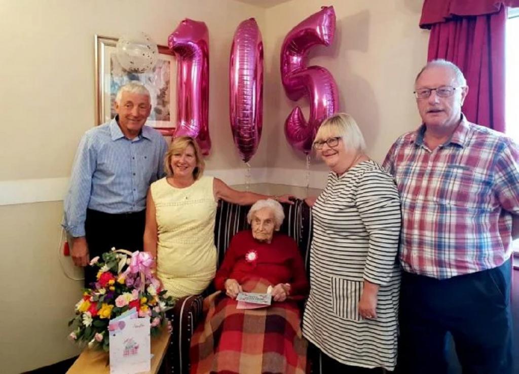 105-летняя англичанка назвала секрет долголетия. По ее словам, это одиночество