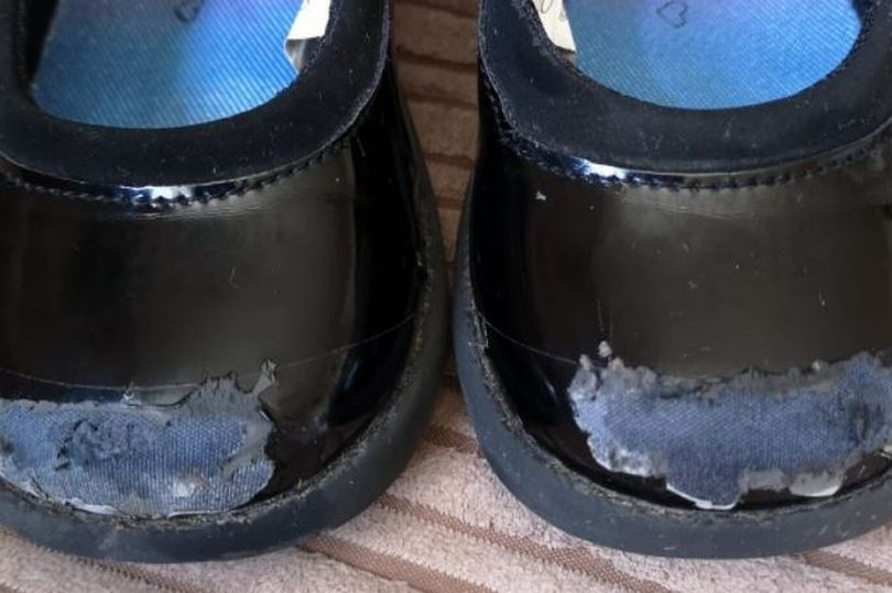 Ремонт потрепанных школьных туфель изолентой: если не знать, то сложно заметить