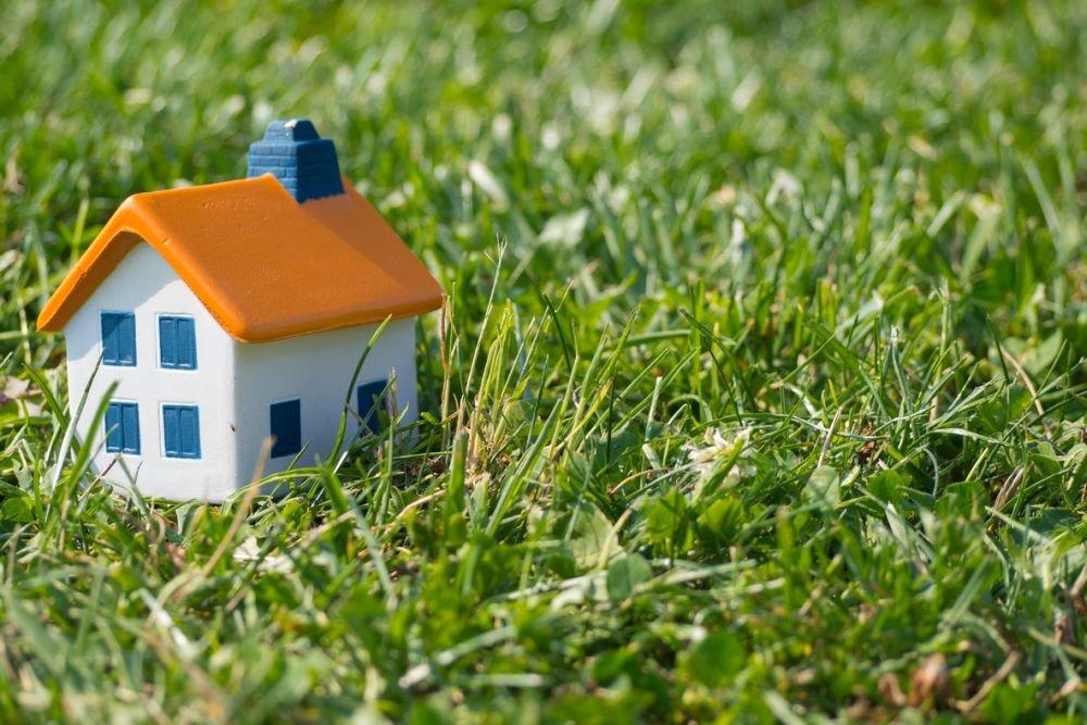 Из-за пандемии и высоких цен на квартиры в России вырос спрос на покупку земельных участков и проживание за городом