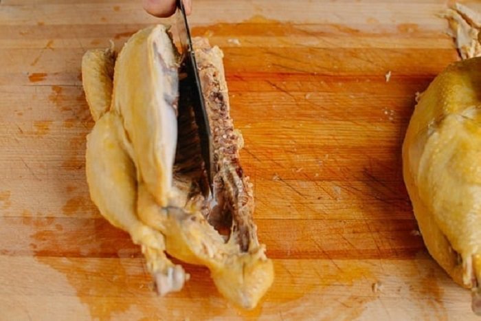 Все на тарелке и ничего лишнего: способ, которым принято разделывать целую курицу в Китае