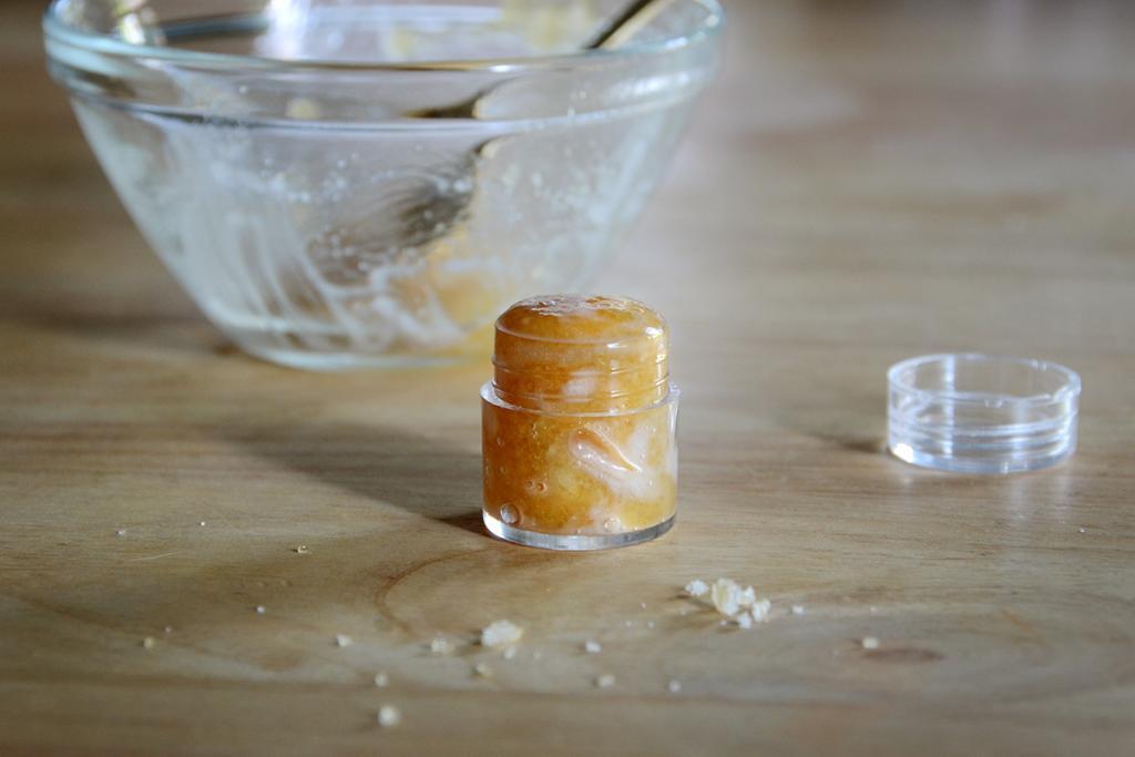 Сахар, мед и масло: рецепт домашнего скраба для губ без намека на химию