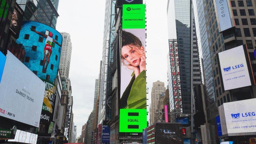 Билборд c изображением российской певицы Монеточки появился в самом центре Нью-Йорка
