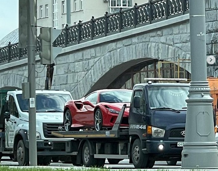 «А в чем проблема парковаться правильно?»: спустя сутки машину Насти Ивлеевой снова эвакуировали