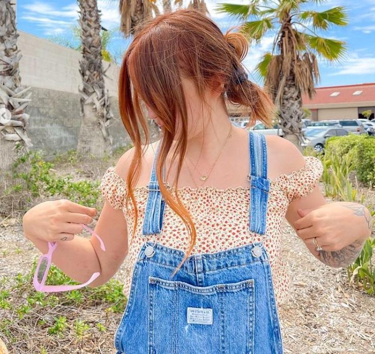 Яркие солнцезащитные очки, ретро-узоры в одежде и не только: главные модные тренды сезона