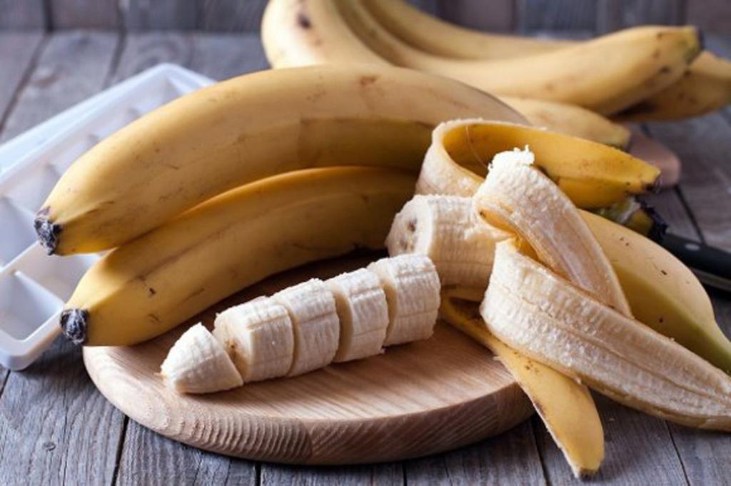 Не выбрасывайте банановую кожуру, ее можно использовать для ухода за кожей
